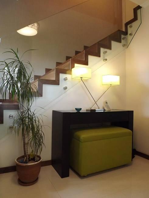 Hall de Entrada: Corredores e halls de entrada  por Traço Magenta - Design de Interiores