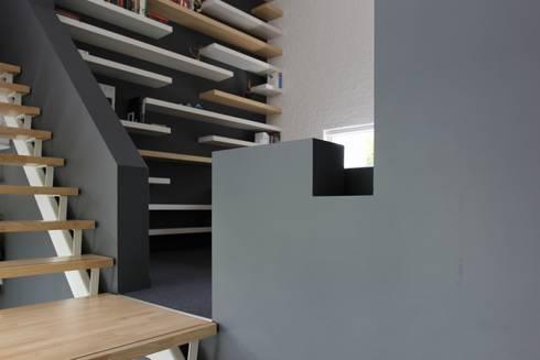 Opkamer met trap: eclectische Studeerkamer/kantoor door Leonardus interieurarchitect