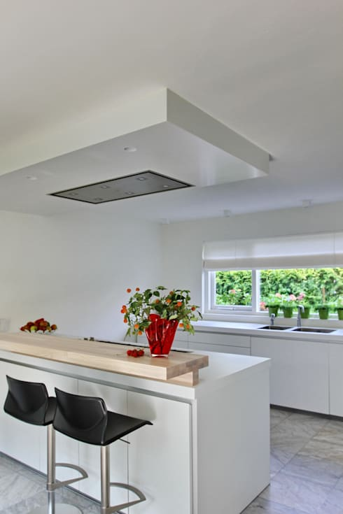 kookeiland met afzuigplafond: moderne Keuken door Leonardus interieurarchitect