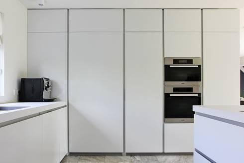Apparatenkast: moderne Keuken door Leonardus interieurarchitect