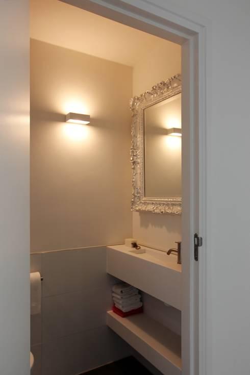 Wastafel met spiegel: moderne Badkamer door Leonardus interieurarchitect
