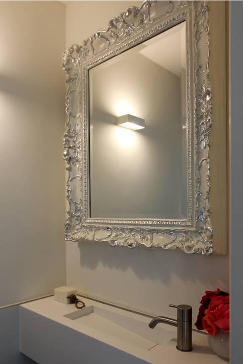 Toiletspiegel:  Badkamer door Leonardus interieurarchitect