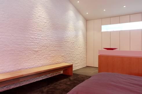 Inloopkast en slaapkamer: moderne Slaapkamer door Leonardus interieurarchitect
