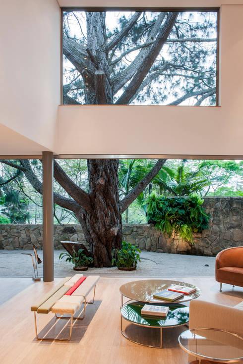 Salas / recibidores de estilo  por SAA_SHIEH ARQUITETOS ASSOCIADOS