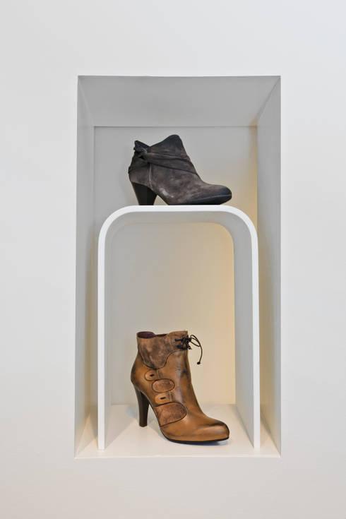 Etalering damesschoenen:  Winkelruimten door Leonardus interieurarchitect