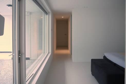 Slaapkamer - Inloopkast: moderne Slaapkamer door Leonardus interieurarchitect