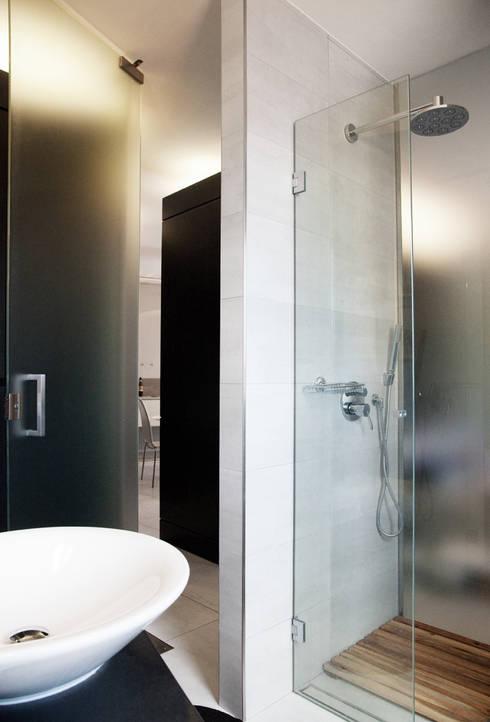 Un angolo del bagno: Bagno in stile in stile Moderno di Bodà