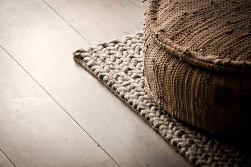 Woonhuis, houten vloer: aziatische Woonkamer door Zilva Vloeren