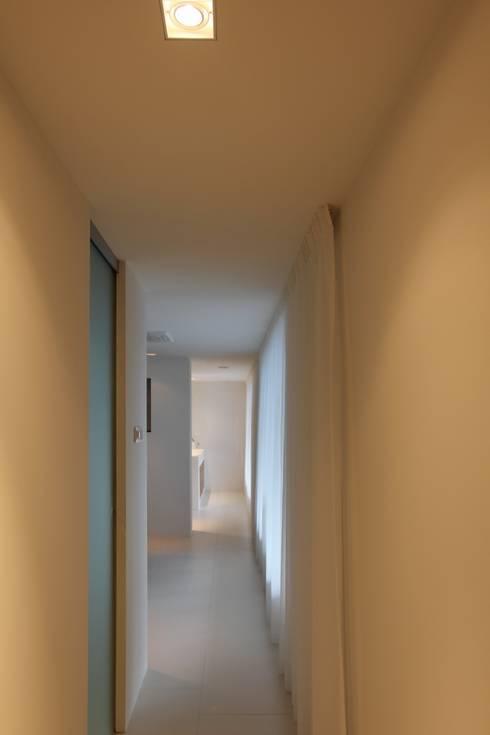 Slaapkamer - Inloopkast - Badkamer: moderne Slaapkamer door Leonardus interieurarchitect