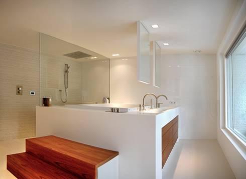 Badkamer met tweepersoonsbad: moderne Badkamer door Leonardus interieurarchitect