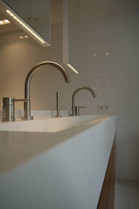 Wastafel met hangende spiegels: moderne Badkamer door Leonardus interieurarchitect