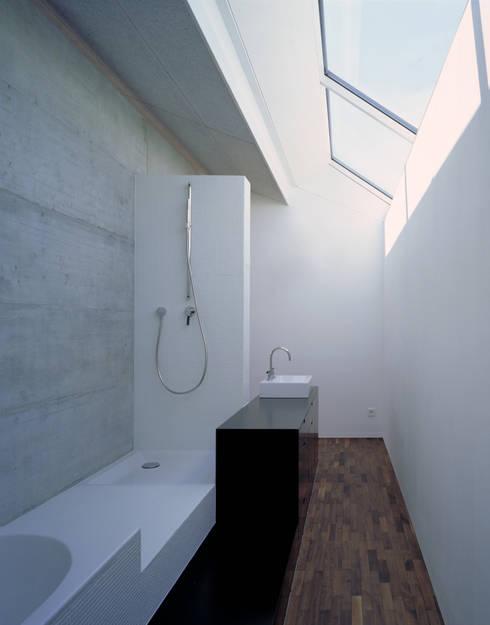Wohnhaus H: moderne Badezimmer von Matthias Maurer Architekten