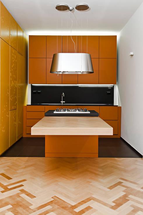Cucina con isola: Cucina in stile in stile Moderno di Bodà