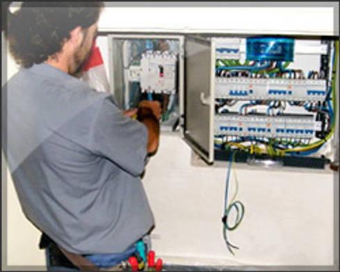 Grupo Electrón - Instalaciones eléctricas: Estudios y despachos de estilo moderno de Grupo electrón - Instalaciones eléctricas