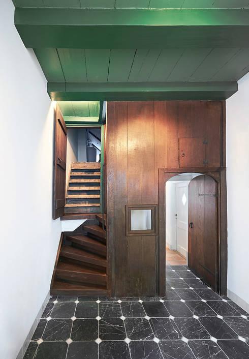 de 18e eeuwese eiken betimmering is weer tevoorschijn gehaald:  Gang en hal door Architectenbureau Vroom