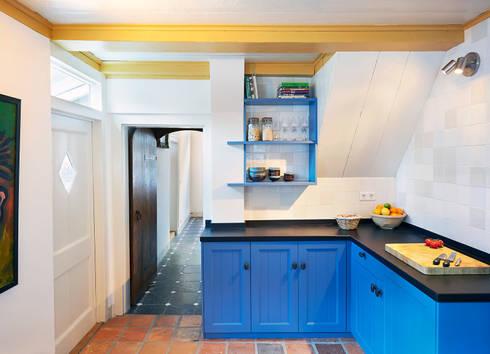 de keuken in de 17e eeuwse aanbouw: klasieke Keuken door Architectenbureau Vroom
