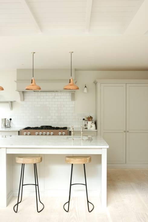 The Clapham Classic English Kitchen by deVOL: country Kitchen by deVOL Kitchens