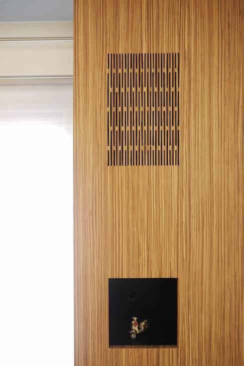 Weggewerkte geluidsbox in op maat gemaakte kast:  Woonkamer door Leonardus interieurarchitect