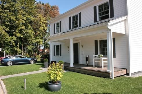 JAMES NR front porch: klassische Häuser von THE WHITE HOUSE american dream homes gmbh