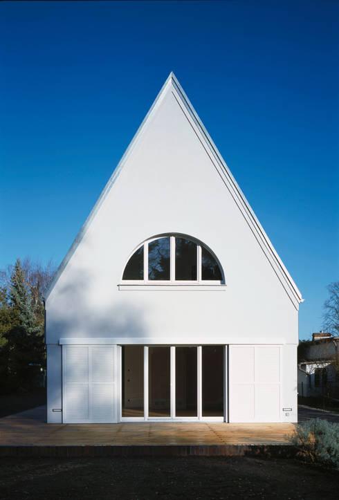 Giebel zum Garten mit geöffneten Schiebeläden:  Häuser von Eingartner Khorrami Architekten BDA