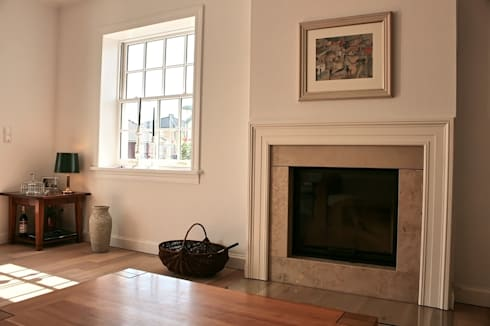 JAMES NR Kamin: klassische Wohnzimmer von THE WHITE HOUSE american dream homes gmbh