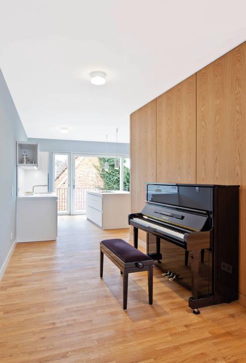 Großzügige Verglasung zum Hof lassen auch mitten in der Altstadt helle und lichte Räume zu: moderne Wohnzimmer von Eingartner Khorrami Architekten BDA