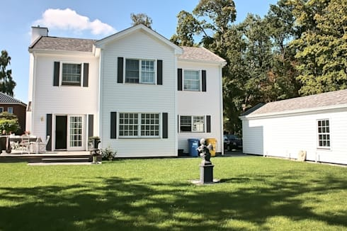 JAMES NR Gartenseite: klassische Häuser von THE WHITE HOUSE american dream homes gmbh