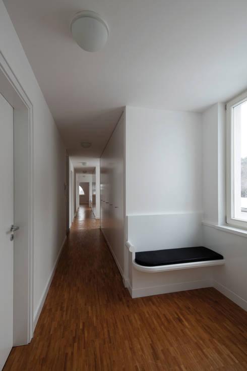 Blick durch den Flue im Obergeschoss:  Flur & Diele von Eingartner Khorrami Architekten BDA