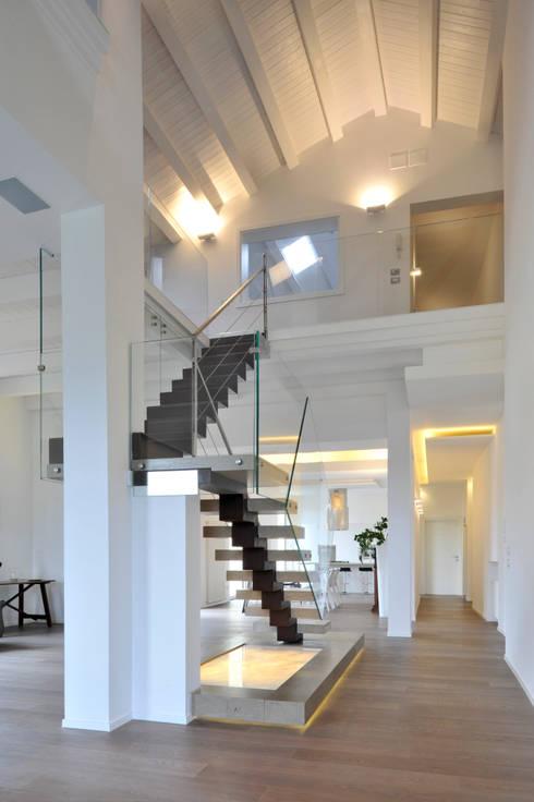 Casa Albega: Ingresso, Corridoio & Scale in stile in stile Moderno di  INO PIAZZA studio