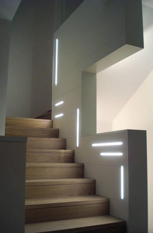 Casa Zara: Ingresso & Corridoio in stile  di Studio di architettura_Claudio Dorigo architetto