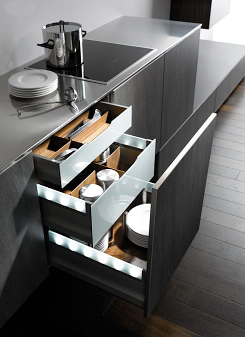 Full height Pull Out:  Kitchen by Urban Myth