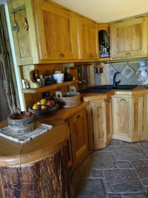 Calda cucina per baita di montagna di mobili pellerej di for Casa in stile baita
