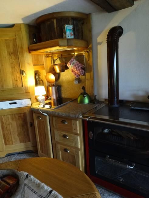 per baita di montagna: Cucina in stile in stile Rustico di Mobili ...