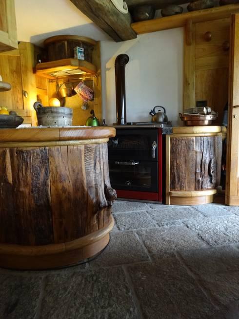 Calda cucina per baita di montagna: Cucina in stile in stile Rustico di Mobili Pellerej di Pellerej Massimo