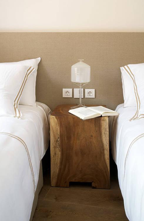 Casa Binisafúller Menorca: Dormitorios de estilo mediterráneo de adela cabré