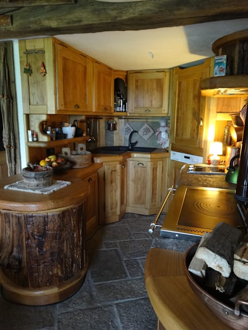 Calda cucina per baita di montagna di mobili pellerej di pellerej massimo homify - Cucine di montagna ...