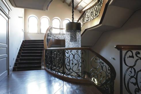 Palacete Barcelona: Pasillos y vestíbulos de estilo  de adela cabré