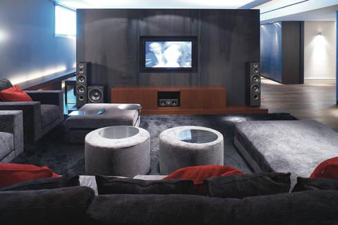 Palacete Barcelona: Salas multimedia de estilo clásico de adela cabré