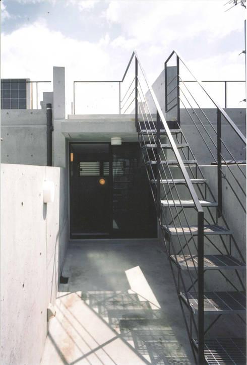 T型敷地の狭小住宅: スタジオ4設計が手掛けたベランダです。