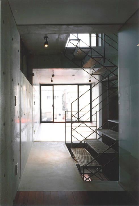 T型敷地の狭小住宅: スタジオ4設計が手掛けた玄関・廊下・階段です。