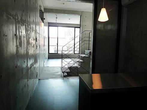T型敷地の狭小住宅: スタジオ4設計が手掛けたキッチンです。