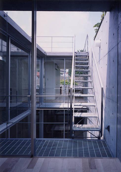 ウナギの寝床状敷地の家: スタジオ4設計が手掛けたベランダです。