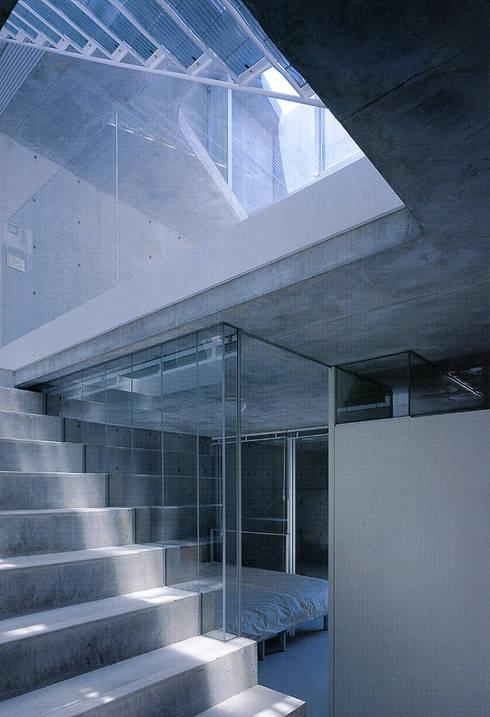 旗竿敷地の鉄筋コンクリートの家: スタジオ4設計が手掛けた寝室です。