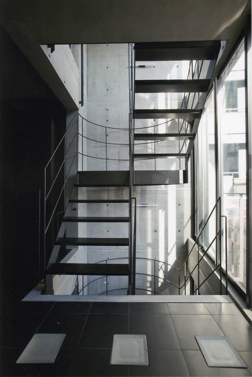 敷地13坪の鉄筋コンクリート造の都市型狭小住宅: スタジオ4設計が手掛けた廊下 & 玄関です。