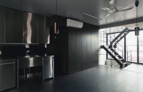 敷地13坪の鉄筋コンクリート造の都市型狭小住宅: スタジオ4設計が手掛けたダイニングです。