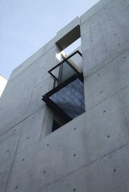 敷地13坪の鉄筋コンクリート造の都市型狭小住宅: スタジオ4設計が手掛けた家です。