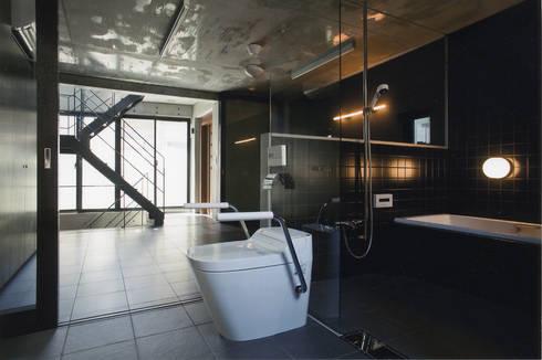 敷地13坪の鉄筋コンクリート造の都市型狭小住宅: スタジオ4設計が手掛けた浴室です。