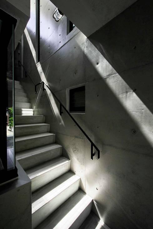 蔵のようなコンクリート住宅: スタジオ4設計が手掛けた廊下 & 玄関です。