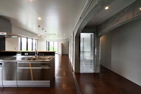 蔵のようなコンクリート住宅: スタジオ4設計が手掛けたリビングです。