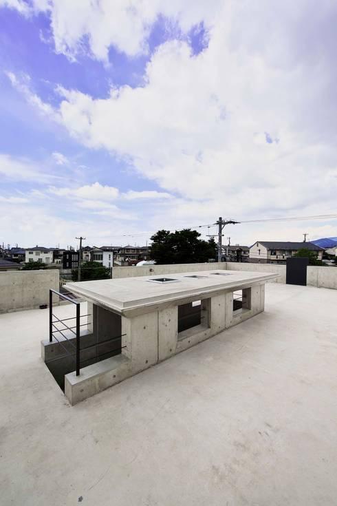 蔵のようなコンクリート住宅: スタジオ4設計が手掛けたテラス・ベランダです。